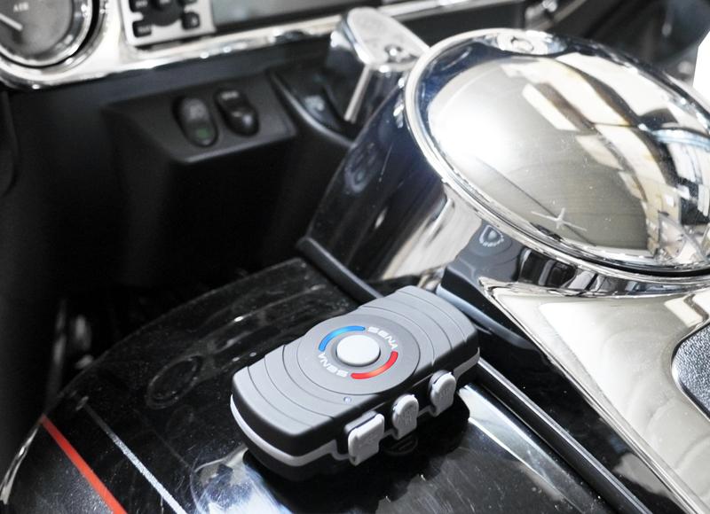 SM10 Stereo Bluetooth Adapter mit Einrasthalterung am Tank befestigt