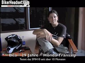 Bea & Helle unterwegs mit dem SENASMH10 Headset auf Weltreise. Video auf YouTube.